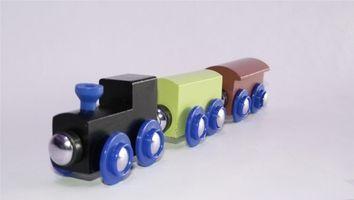 Hvordan lage en tre leketøy tog Med Railroad