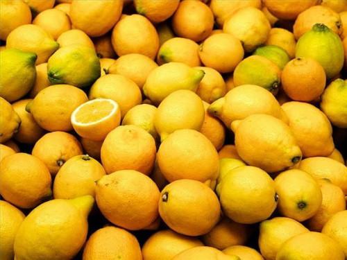 Hvordan å lyse opp en lyspære med sitrusfrukter