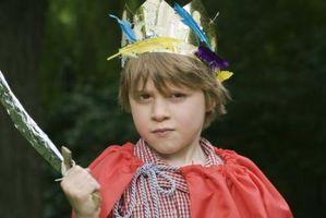 Hvordan lage en papp og folie barns Knight Costume