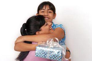 Hvordan lage en spesiell bursdagsgave til din mor eller far