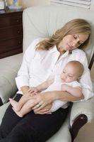 Hva er farene for å sovne mens du holder en baby?