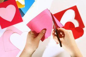 Hvordan lage god Valentine-kort for barna på skolen