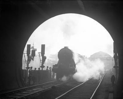 Hvordan lage et fjell med en tunnel for en Model Railroad Layout