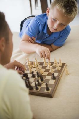 Instruksjoner for å spille sjakk og Go Fish Games
