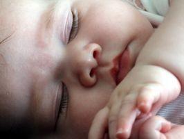 Hvordan holde min spedbarn Fra rullende inn et utrygt sovestilling