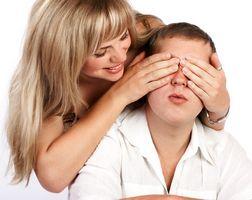 Hvordan gjøre noen føler spesielt med romantiske gester