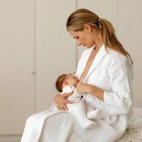 Nyfødt gråter når Nursing