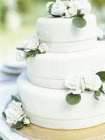 Hvordan bruke Salt & Pepper Shakers for en Wedding Cake Topper
