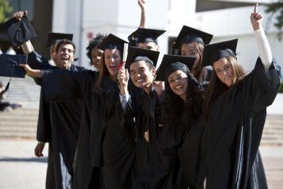 Hvordan lage en College Graduation Kunngjøringer