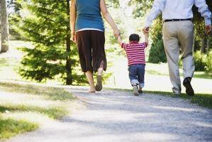 Hvordan hjelpe babyer Walk
