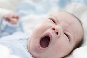 Hvordan rengjør jeg ut min nyfødte munn?