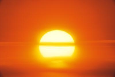 Hvorfor ikke jorden bli trukket inn Solen av dens tyngdekraft?
