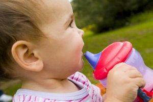 Fordeler med å drikke melk fra en Sippy Cup vs a Bottle