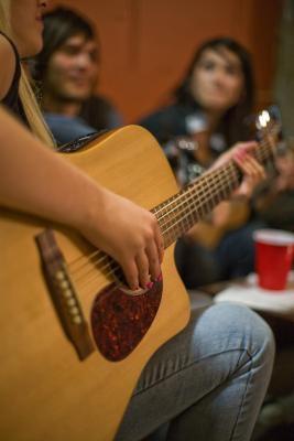 Hvordan fikse en Loose Guitar Bridge