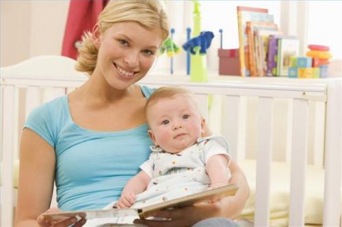 Hvordan lese høyt for en baby opptil to måneder gamle