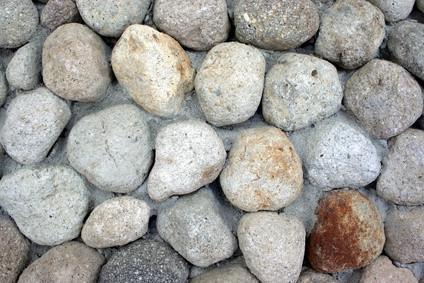 Hvordan bygger jeg en Rock Wall & Hold Stones på plass permanent?