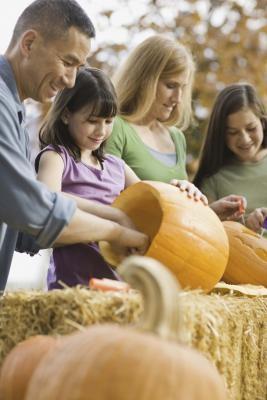 Hvordan du skal se etter Familie Halloween Games for en kirke part