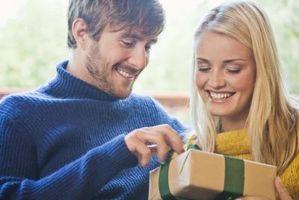 Hvordan få den perfekte One Year Anniversary gave til kjæresten din