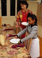 Hvordan lære barna hvordan sette en middagsbordet og hvor du vil plassere Napkin