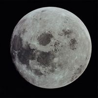 Hvordan beregne hastigheten som Månen går i bane jorden