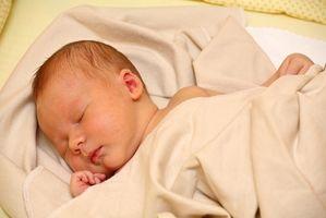 Hvordan å sove med en nyfødt i seng