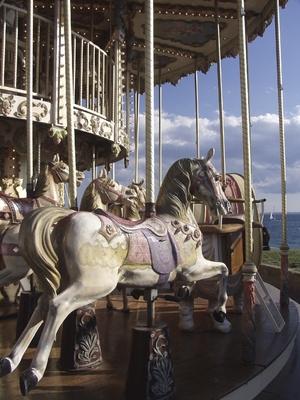 Forskjellen mellom en Merry-Go-Round & Carousel