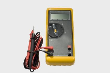 Hvordan finne problemer i et 24-volts elektrisk system