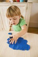 Hva kan jeg gjøre for å oppmuntre småbarn å leke med Play Dough?