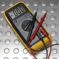 Hvordan bruke et multimeter for å sjekke batterispenning
