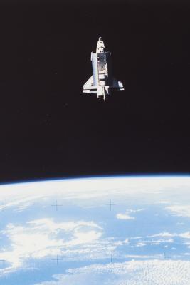 Hvordan Gravity & Inertia Hold planetene i bane rundt sola?