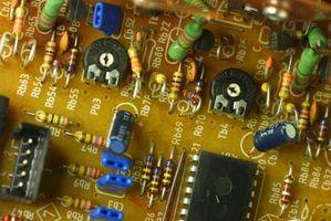 Hva er forskjellen mellom en transistor blir brukt som en Switch & Som en forsterker?