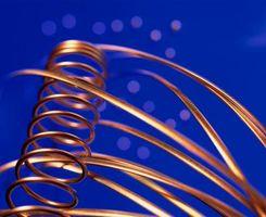 Hvordan beregne Volt og Ampere Med Coiled Wire