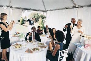 Hva du skal koble opp med en svart kjole for et bryllup