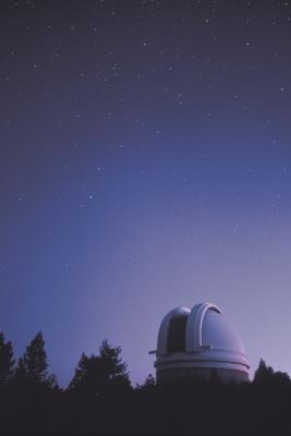 Hva er forskjellen mellom en planetarium og et observatorium?