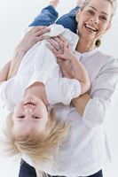 Hva slags aktiviteter kan jeg gjøre med spedbarn og småbarn?