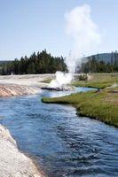 Hva er to kilder til geotermisk energi?