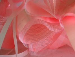 Hvordan å gjøre en hånd bundet Ribbon Bouquet